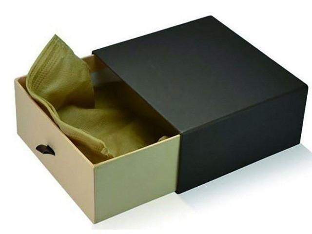 Hộp giấy đựng các sản phẩm để vận chuyển trong bưu điện